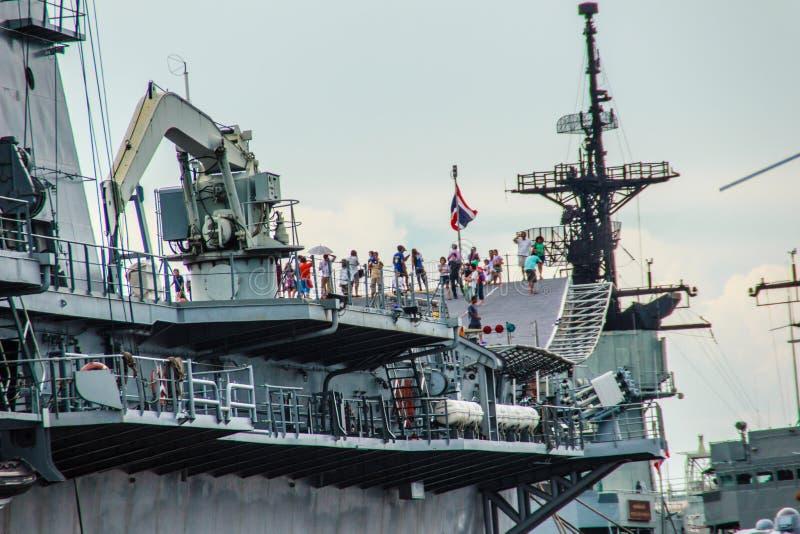 O porta-aviões de HTMS Chakri Naruebet foi mostrado para povos tailandeses e turista à visita na base naval de Sattahip, Chonburi fotografia de stock royalty free