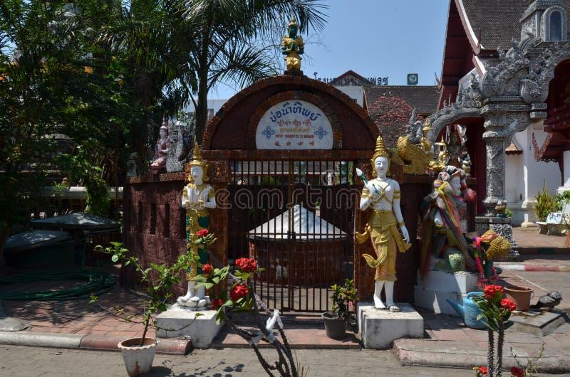 O porteiro é uma estátua do anjo na entrada ao templo fotografia de stock royalty free