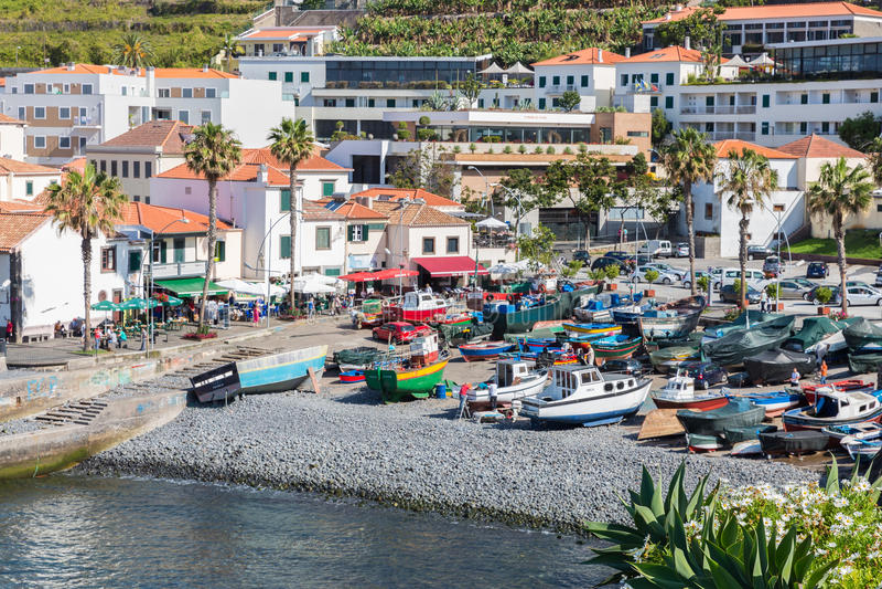 O porto com pesca envia em Camara de Lobos, ilha de Madeira imagens de stock