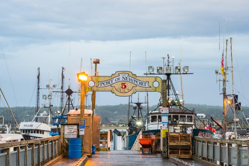 O porto da doca e do sinal de Newport Oregon foto de stock royalty free