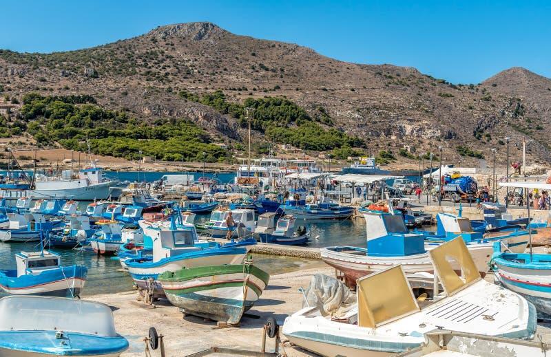 O porto da ilha de Favignana, é o maior das três ilhas de Aegadian no mar Mediterrâneo imagens de stock