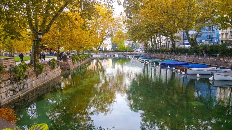 O porto de cores das árvores de annecy cai água da reflexão dos barcos imagens de stock