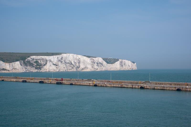 O porto de Dôvar, Kent Reino Unido, com os penhascos brancos icônicos de Dôvar atrás Fotografado em um dia de mola claro imagem de stock