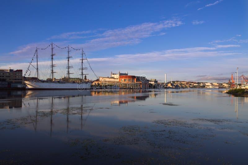 O porto de Gothenburg na manhã com navio da vela foto de stock royalty free