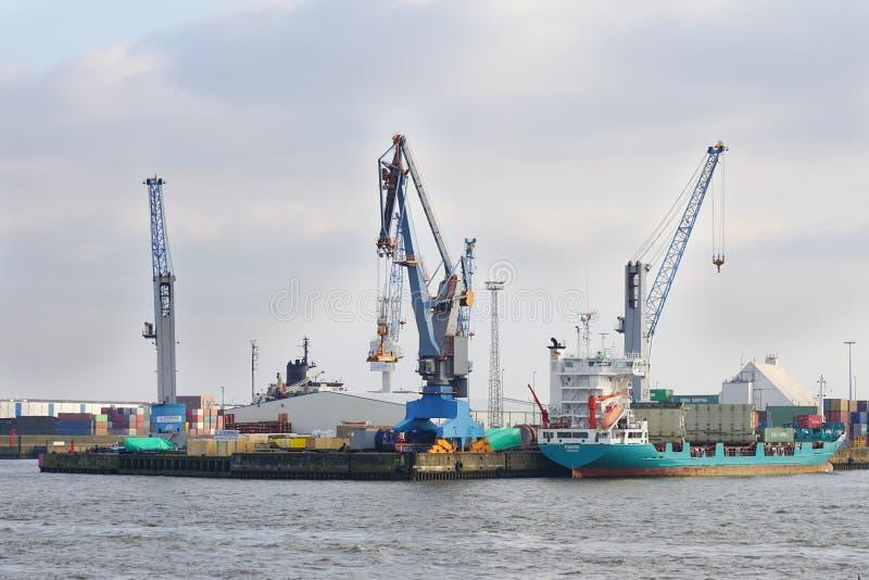 O porto de Hamburgo é o porto marítimo o maior de Alemanha imagens de stock royalty free