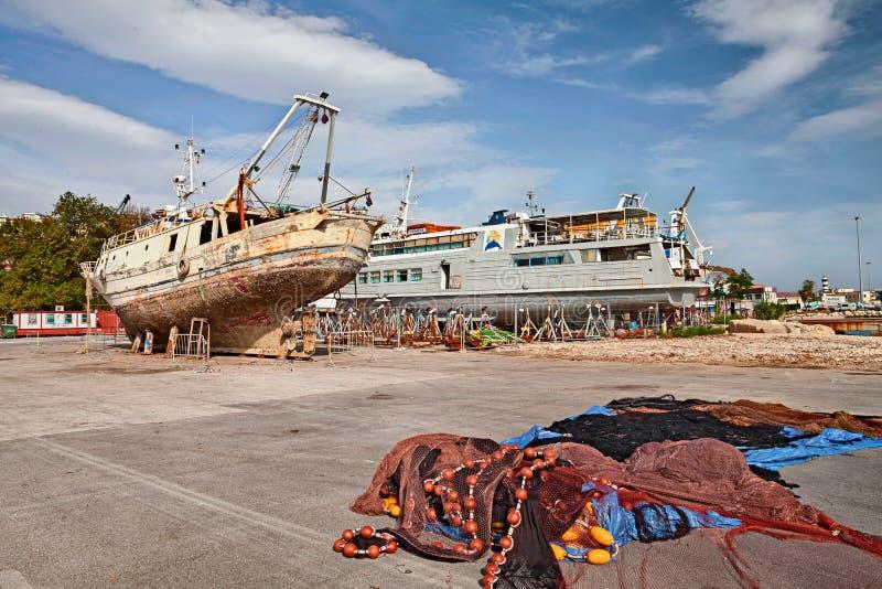 O porto de Ortona, Abruzzo, Itália com o estaleiro do repayr do barco imagem de stock royalty free