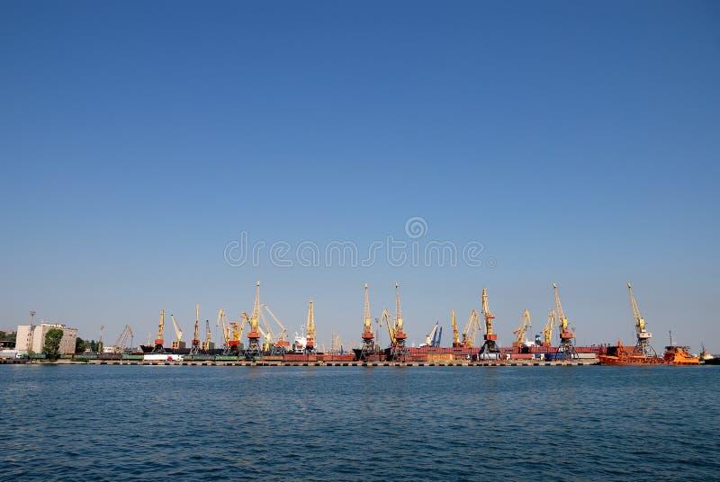 O porto de troca com guindastes, cargas e navio foto de stock