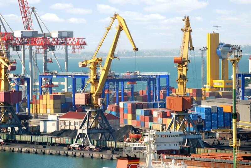 O porto de troca com guindastes, cargas e navio fotos de stock royalty free