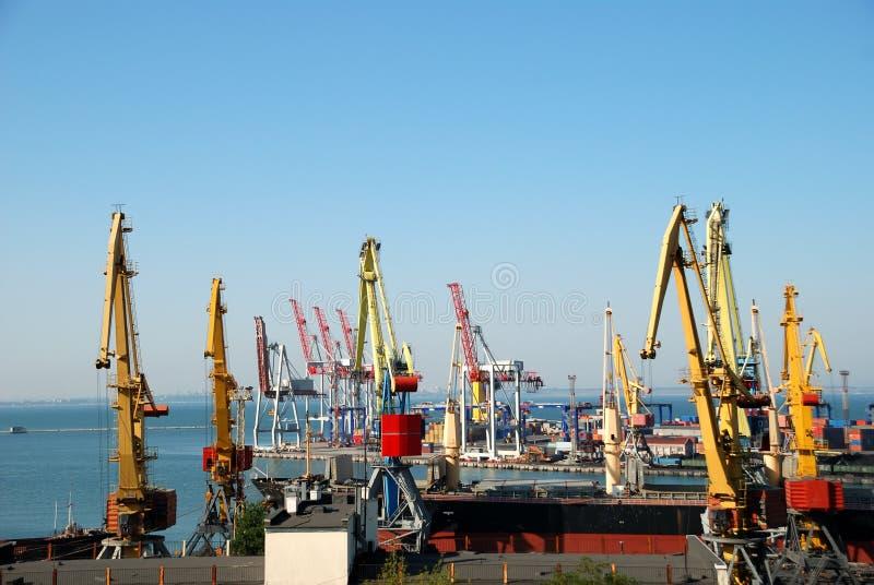 O porto de troca com guindastes, cargas e navio imagens de stock royalty free