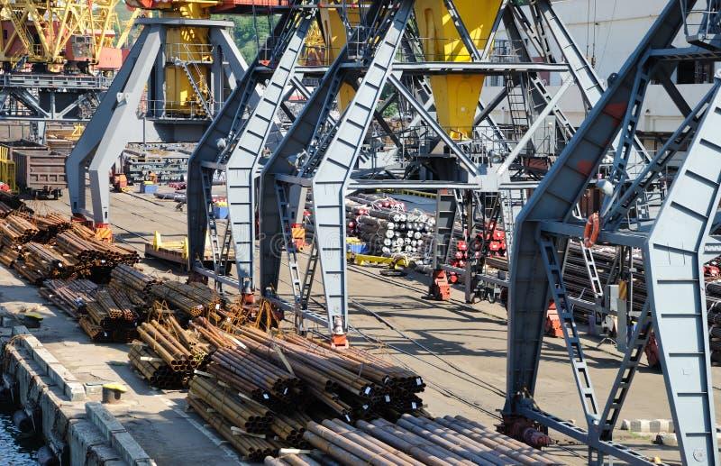 O porto de troca com guindastes e navios fotos de stock