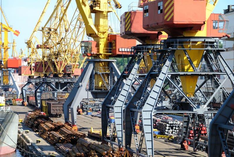 O porto de troca com guindastes e navios foto de stock