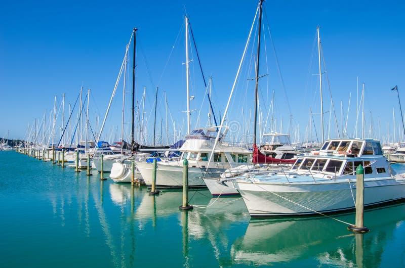 O porto de Westhaven é o porto o maior do iate em Auckland, Nova Zelândia imagens de stock