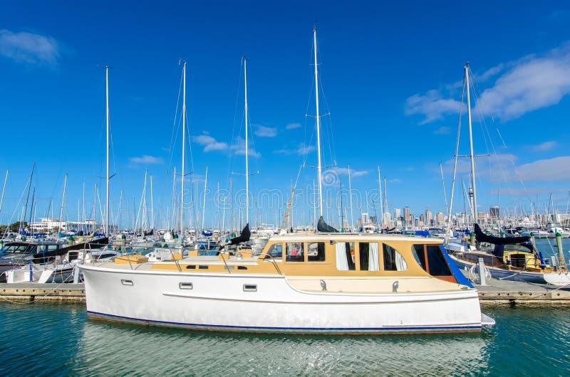 O porto de Westhaven é o porto o maior do iate em Auckland, Nova Zelândia imagem de stock royalty free