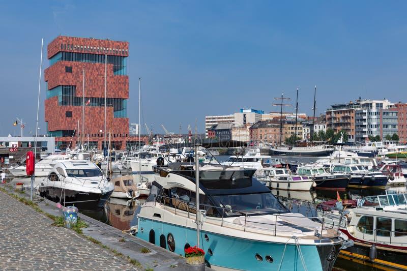 O porto do porto com iate aproxima o MAS do museu em Antuérpia, Bélgica imagem de stock royalty free