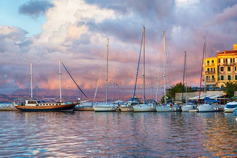 O porto do veleiro, muito vela amarrada yachts no porto marítimo imagem de stock