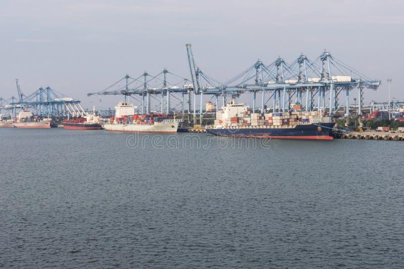 O porto klang cranes recipientes e envia malaysia fotografia de stock royalty free