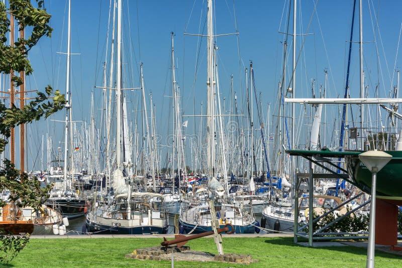 O porto na cidade do Frisian de Hindeloopen nos Países Baixos imagem de stock royalty free