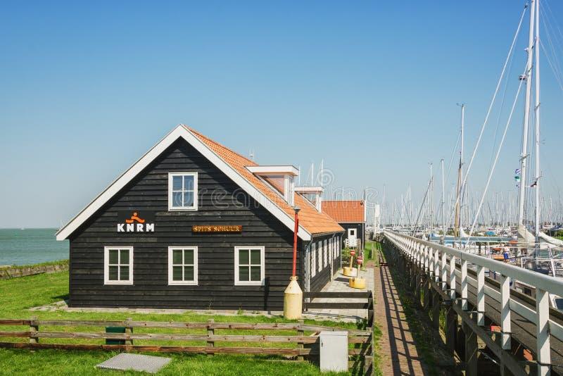 O porto na cidade do Frisian de Hindeloopen nos Países Baixos imagem de stock