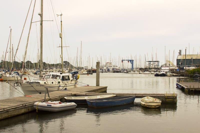 O porto superlotado na casa do porto de Lymington ao yacht club real de Lymington Tomado em um dia cinzento maçante do ` s do ver imagem de stock