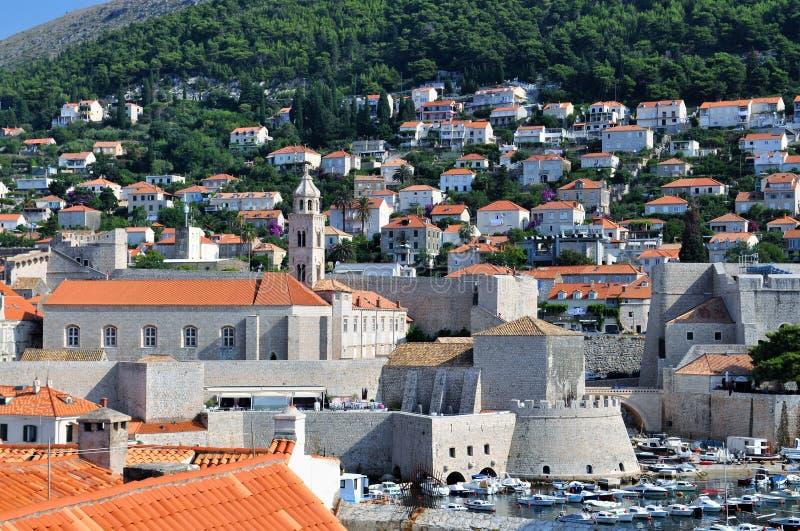 O porto velho da cidade de Dubrovnik na manhã imagens de stock