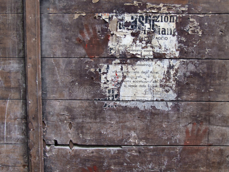 O poster permanece na superfície de madeira fotos de stock