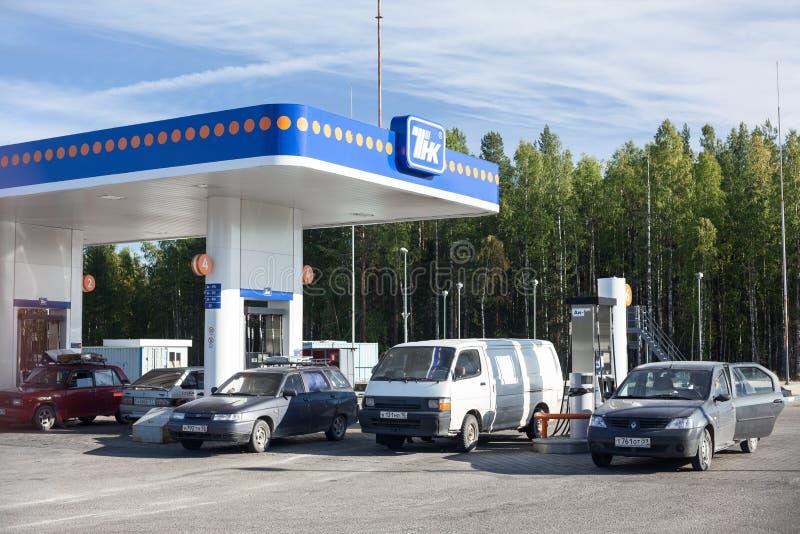 O posto de gasolina está em madeiras que carelianas as vendas se abastecem e os lubrificantes do motor para veículos motorizados imagem de stock