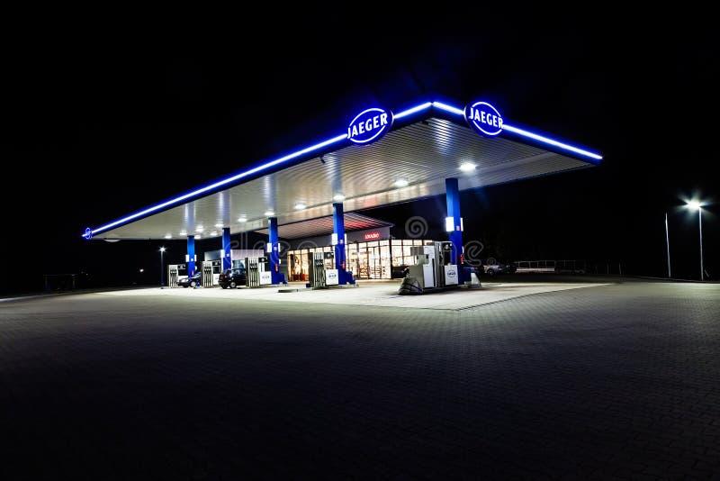 O posto de gasolina novo de Jaeger em Marienheide-Kalsbach na noite imagens de stock