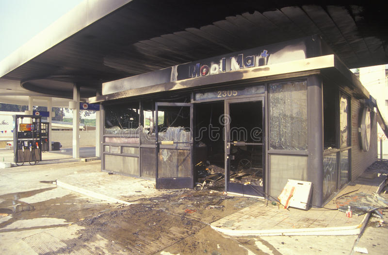 O posto de gasolina queima-se durante 1992 motins imagens de stock