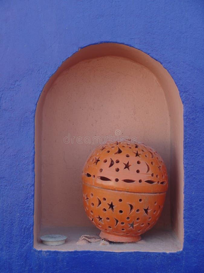 O potenciômetro de argila em um lilás coloriu a prateleira em Essaouira, Marrocos foto de stock royalty free