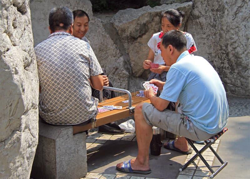 O povo chinês é cartões de jogo no parque de Chengdu imagem de stock royalty free