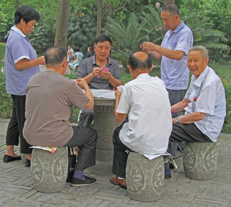 O povo chinês é cartões de jogo no parque de Chengdu fotografia de stock