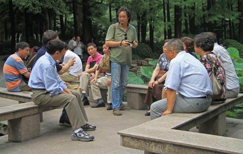 O povo chinês está comunicando-se no parque de fotografia de stock royalty free