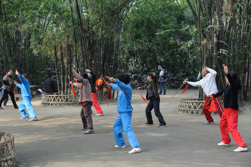 O povo chinês está jogando a espada do taiji foto de stock