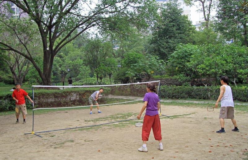 O povo chinês está jogando o badminton no parque de Chengdu imagem de stock royalty free