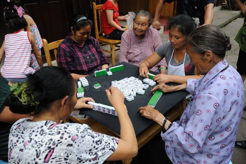 O povo chinês está jogando o mahjong fotografia de stock royalty free