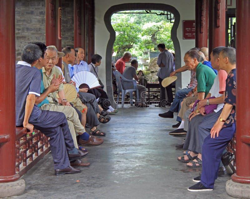 O povo chinês está sentando-se no pavilhão, parque de Chengdu fotografia de stock