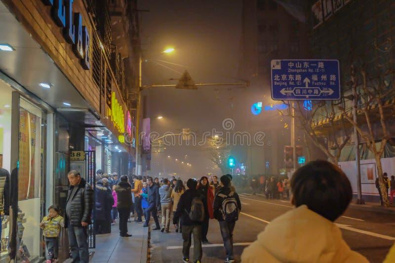 O povo chinês não identificado anda à porcelana de shanghai da barreira fotos de stock