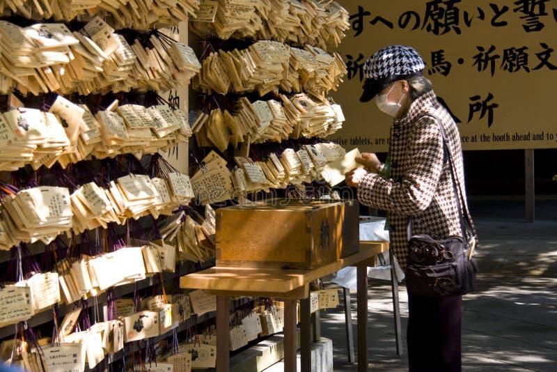 O povo japonês pray o santuário fotos de stock royalty free
