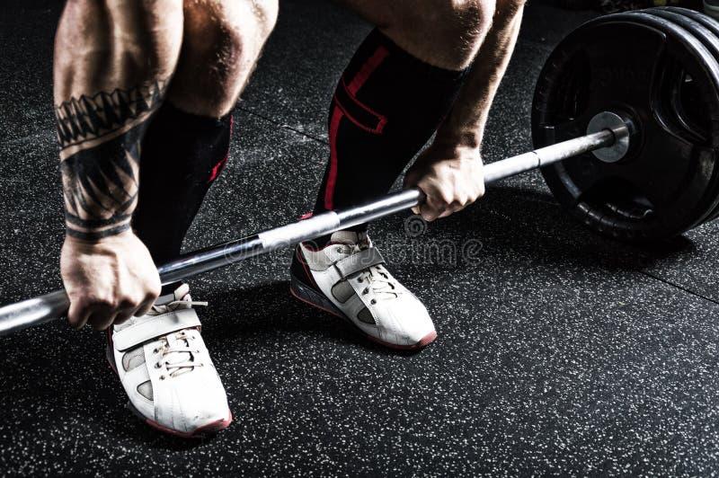 O powerlifter profissional prepara-se para o deadlift Vista de acima fotos de stock
