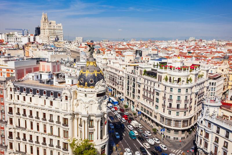 O prédio de escritórios da metrópole no Madri, Espanha foto de stock royalty free