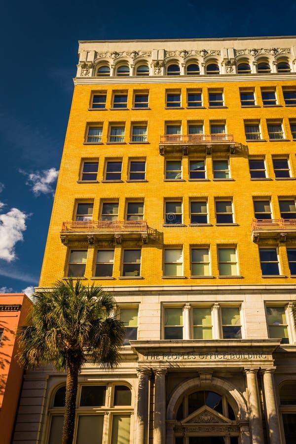 O prédio de escritórios do pessoa em Charleston, South Carolina fotos de stock
