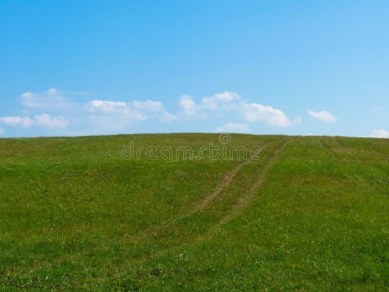 O prado encontra o céu imagens de stock