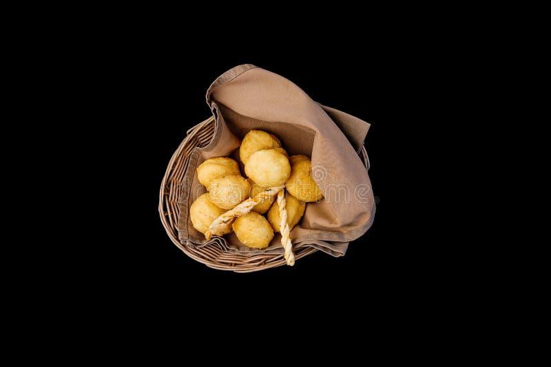 O prato asiático do baursak do Cazaque tradicional preparou-se da massa Isolado na opinião superior do fundo preto foto de stock royalty free