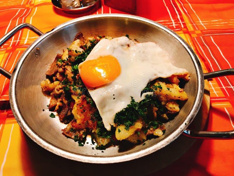 O prato da agitação fritou a carne de porco cortada com especiaria foto de stock