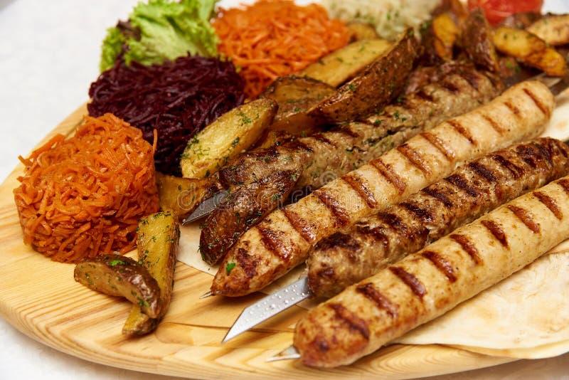O prato da carne de carneiro triturou a carne sob a forma das salsichas fritadas pequenas com especiarias afiadas fotos de stock