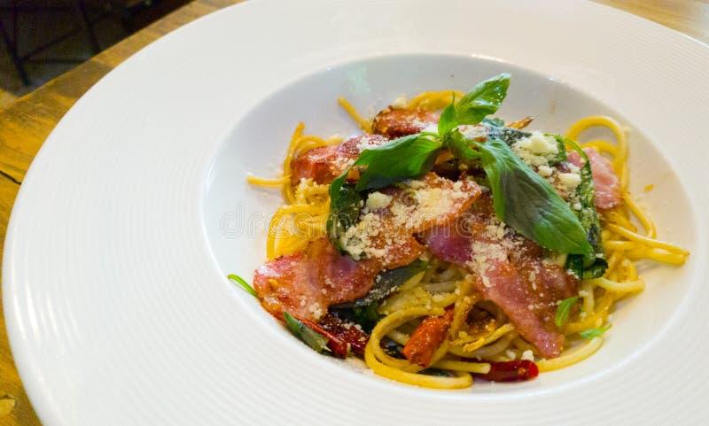 O prato do bacon dos espaguetes na tabela imagem de stock royalty free