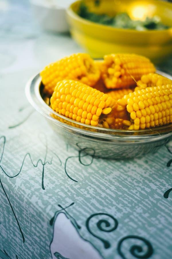 O prato do milho orgânico doce fresco cozinhou pronto para comer Milho doce cozinhado preparado na tabela imagens de stock