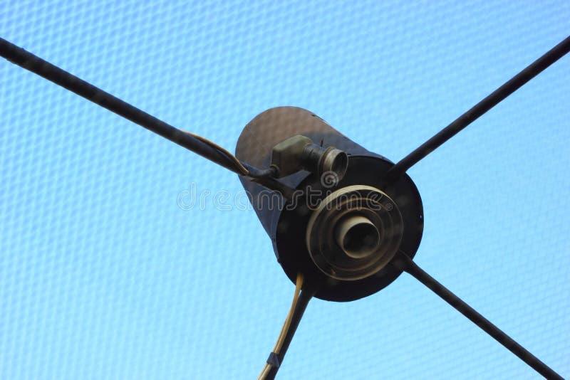 O prato do receptor de satélite é um telhado.