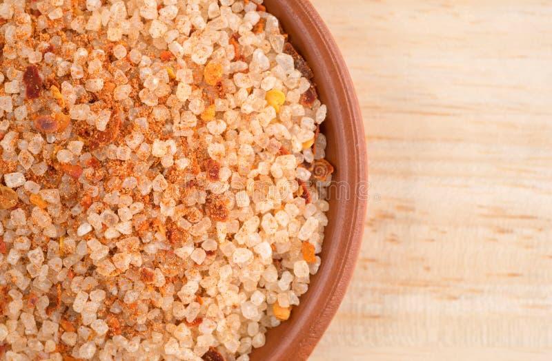 O prato pequeno encheu-se com o sal, a pimenta de pimentão vermelho e a paprika fotos de stock royalty free