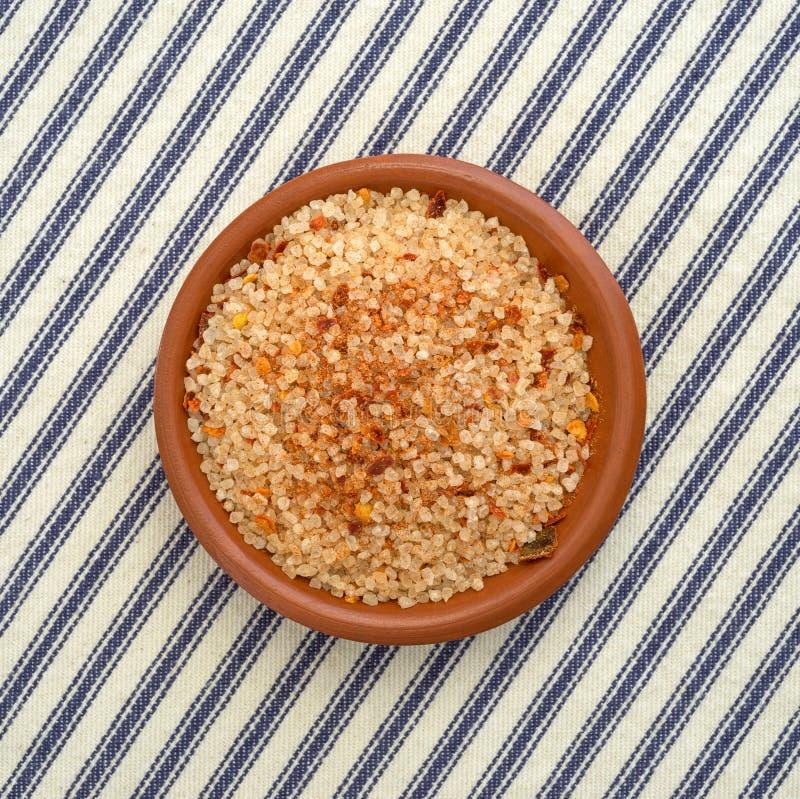 O prato pequeno encheu-se com o sal, a pimenta de pimentão vermelho e a paprika foto de stock royalty free